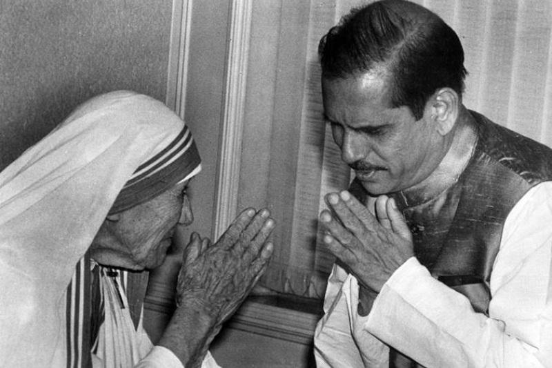 Mother Teresa with Chief Minister Manohar Joshi at Mantralaya in Mumbai