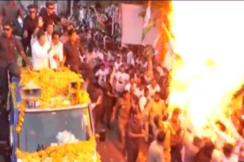 Balloons Explodes During Rahul Gandhi Roadshow