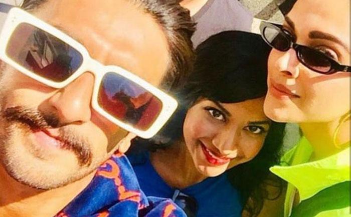 Deepika Padukone Ranveer Singh Pose Selfie with Fan