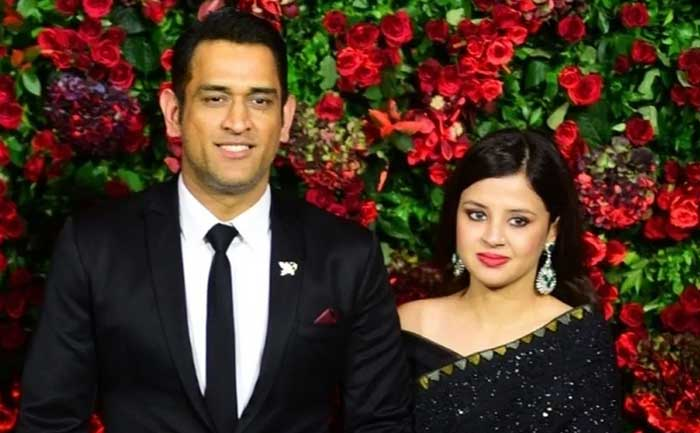 dhoni runs wife pulls him back